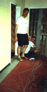 Robert und Andi beim Verkabeln